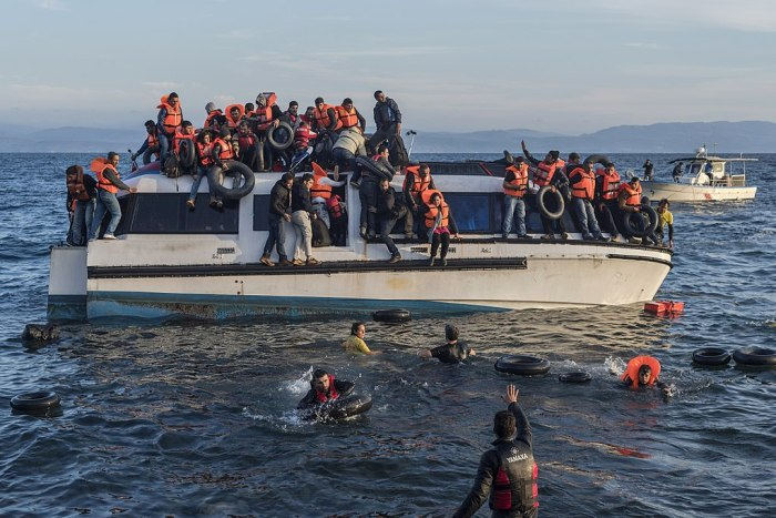 1024px-20151030_syrians_and_iraq_refugees_arrive_at_skala_sykamias_lesvos_greece_2ggia